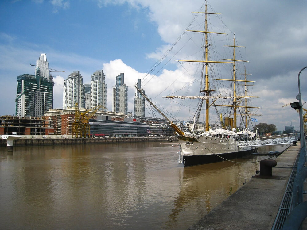 Photo a boat in Puerto Madero waterfront. Buenos Aires is one of the best places to celebrate NYE in the world.